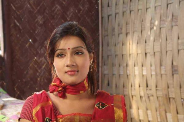 [Image: pora-mon-2013-bangla-movie-mahiya-mahi-saimon-8.jpg]